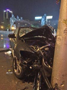 "BMW ""обнял"" столб на мокрой дороге возле площади Ленина"