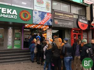 """""""Додо Пицца"""" за 100 рублей собрала огромную очередь на Красном проспекте"""