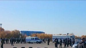 К аэропорту Северный съехались десятки ОМОНовцев в касках