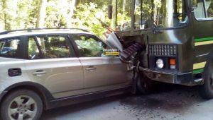 ДТП в Новосибирске: BMW протаранил военный автобус