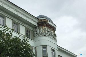 С фасада СГУВТ в центре Новосибирска осыпалась лепнина