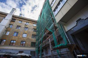 В Новосибирске заново отстроили падающий дом в тихом центре