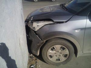 Неуправляемая машина без водителя врезалась в остановку около ТЦ