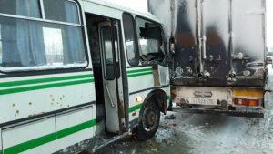 ДТП в Новосибирской области: автобус с пассажирами врезался в фуру