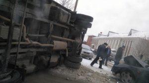 ДТП в центре Новосибирска: грузовик упал на бок после аварии с легковушкой