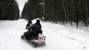 Спасатели МЧС вывезли на снегоходах из леса 8 детей