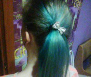 Бердскую школьницу выгнали из класса за голубые волосы