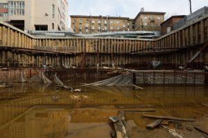 Мэр Локоть хочет вернуть городу брошенный котлован возле Центрального парка