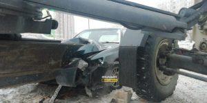 ДТП в Новосибирске: грейдер смял легковушку, выезжая с заправки