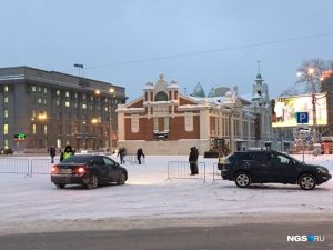 Власти Новосибирска закрыли парковку на площади Ленина