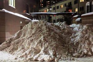 Коммунальщики Новосибирска прорыли в 3-метровом сугробе тоннель для машин