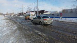 В Новосибирске на «Родниках» дорогу затопило водой