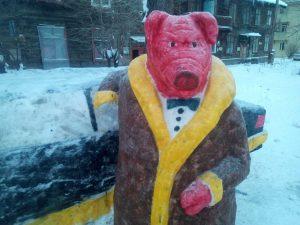 В Новосибирске появилась огромная свинья в шубе и с «Мерседесом»