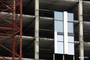 """В гостинице """"Турист"""" начали монтировать новые стеклянные стены"""