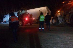 Ордынские дорожники вытащили фуру с пивом из кювета