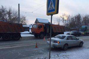 В Новосибирске два автомобиля сбили ребенка на «зебре»