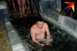 Новосибирцы выстроились в очередь к крещенской купели