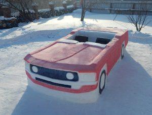 Новосибирский студент слепил из снега кабриолет и устроил в нём фотосессию в шортах