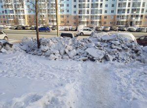 В Новосибирске на Гребенщикова неудачно почистили снег — он перегородил входы на тротуар