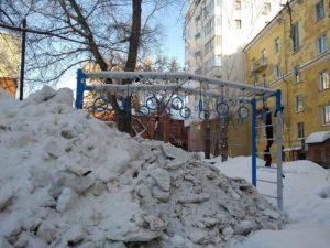 Новосибирск: стальной детский городок во дворе укрепили снегом