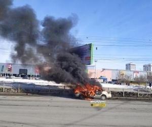 Автомобиль вспыхнул в Новосибирске возле «Меги»