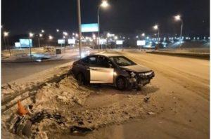 ДТП на Бердском шоссе: «Хендай» снёс ограждение, пострадала девушка