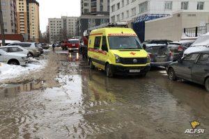 Пожарные Новосибирска сняли женщину с балкона горящей квартиры