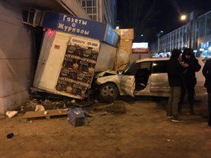 ДТП в Новосибирске: иномарка протаранила газетный киоск