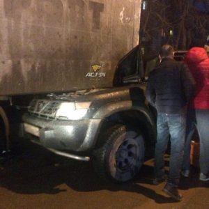 ДТП под Новосибирском: внедорожник въехал в фуру, водитель в больнице
