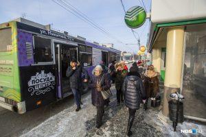 """В Новосибирске водитель автобуса из-за """"зайца"""" заблокировал в салоне пассажиров"""