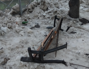 Дорожники Новосибирска сломали скамейку во время чистки тротуара на Богдашке