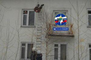 В Новосибирске рабочий сорвался с крыши при очистке снега