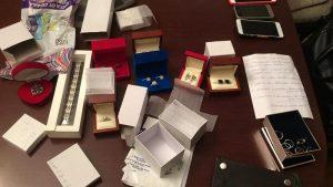 Полиция Новосибирска нашла бриллианты и оружие при обыске в офисе «Ритуальных услуг»
