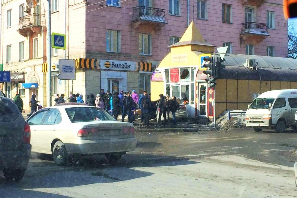 ДТП в Новосибирске: автомобиль протаранил торговый павильон