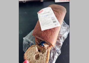 Житель Новосибирска купил хлеб с запеченной в нем зажигалкой