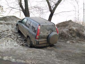 Крутая парковка: новосибирский водитель заехал на гору снега