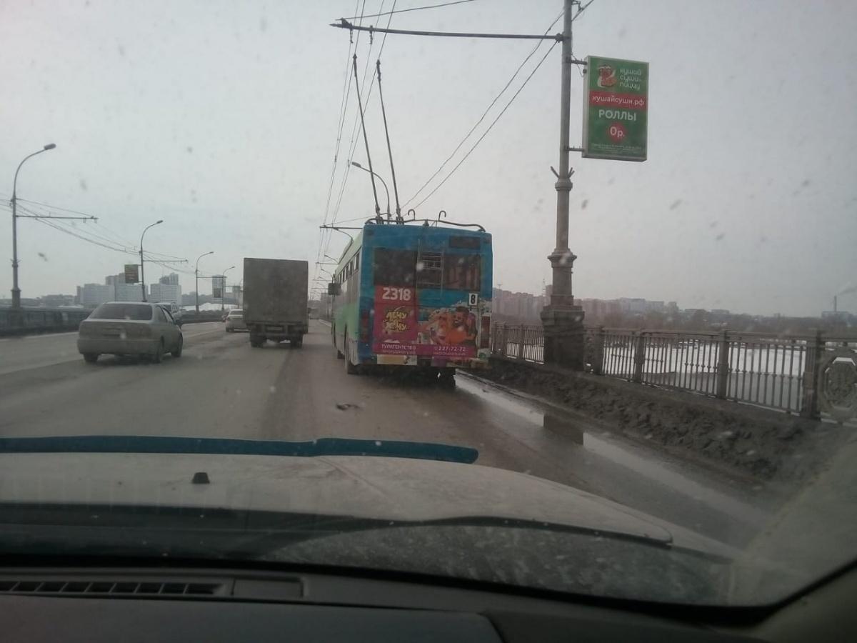 На Коммунальном мосту в Новосибирске застряли троллейбусы