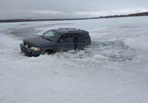 Рыбаки на машине провалились под в Новосибирской области