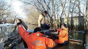 МЧС под Новосибирском спасли женщину, чья машина утонула в луже