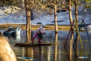 Дети из Заельцовского района устроили заплыв на плотах в огромной луже