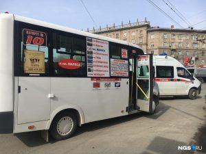 Хулиганы в Новосибирске закидали маршрутку камнями на площади Станиславского