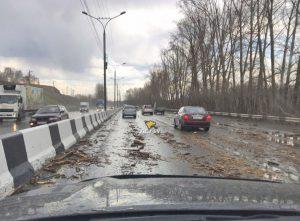 Ураган в Новосибирске: ветер сорвал крыши и повалил остановку