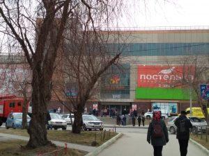 Полиция Новосибирска эвакуирует людей из ТЦ «Версаль»