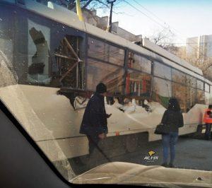 Трамвай №13 столкнулся с грузовиком в Октябрьском районе Новосибирска