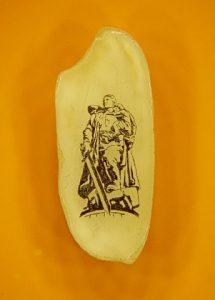 Новосибирский Левша нарисовал воина-освободителя на срезе рисового зернышка