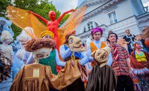 На улицы Новосибирска вышли театральные куклы из разных стран