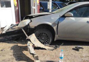 ДТП в Новосибирске: Nissan протаранил киоск с шаурмой