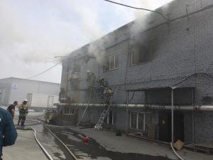 Пожар в Новосибирске: горит склад с шубами
