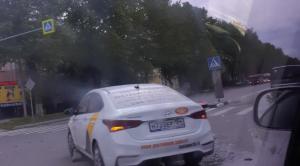 Такси в Новосибирске сбило дорожный знак на улице Титова