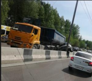 ДТП на Бердском шоссе: грузовик вытолкнул Infiniti на разделитель